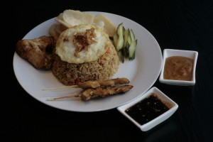 K6 Djawa Plate (Nasi Goreng) Javanese fried rice with 2 chicken saté, Mama's fried chicken, fried egg, Acar Ketimun and Kerupuk Udang.